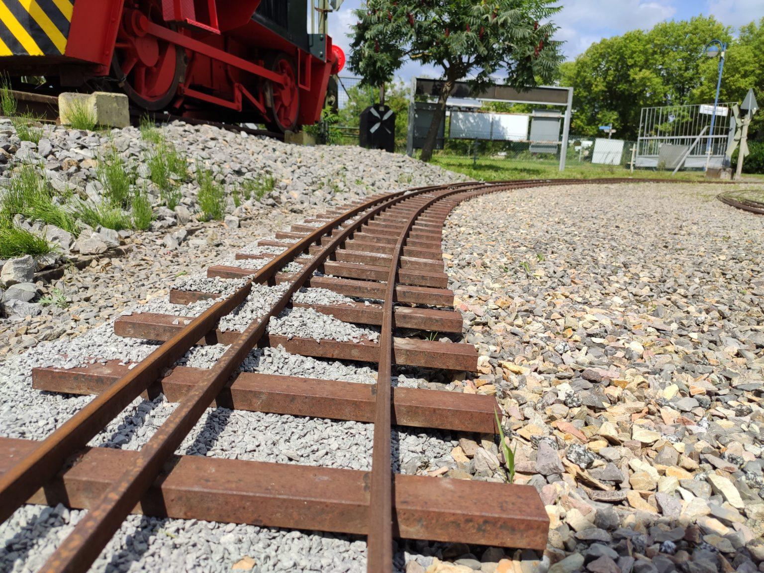 """Gleise in neuem Schotter, aber noch nicht """"gerüttelt"""""""
