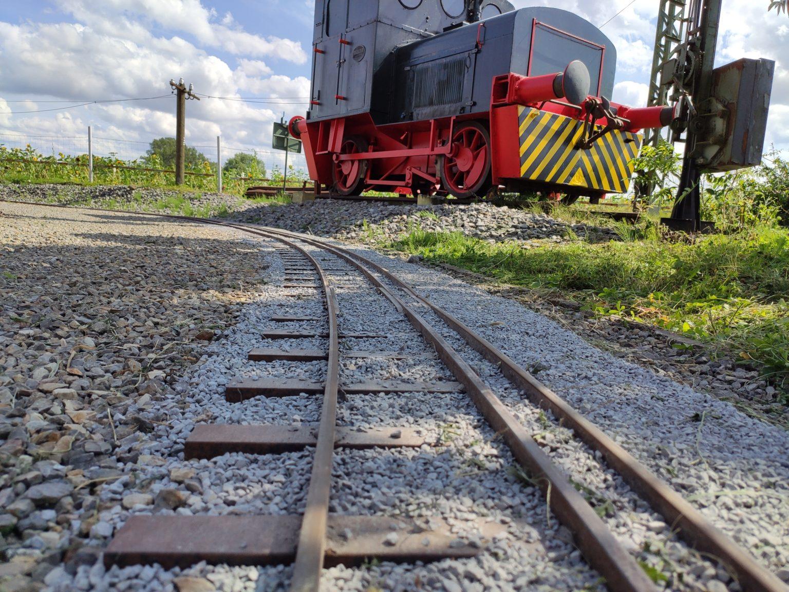 fertig verlegte Schienen im Gleisbett